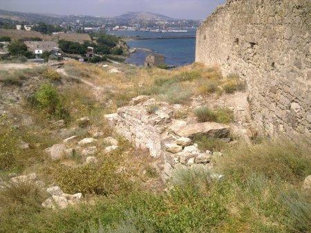 Городские оборонительные стены, фундамент церкви Феодора Стратилата и Доковая башня