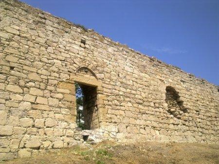 калитка в стене генуэзской крепости