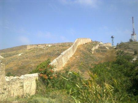 Стены с укреплениями Генуэзской башни
