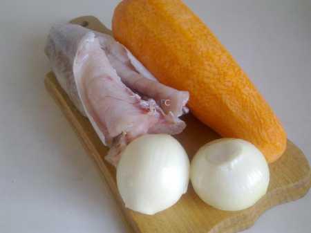 чищенная рыба с луком и морковью
