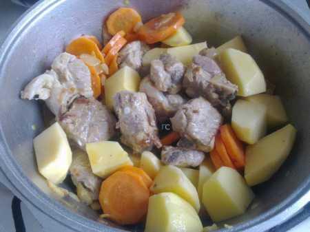 Замечательная картошка с мясом тушеная в кастрюле