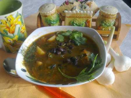 фасолевый суп на столе