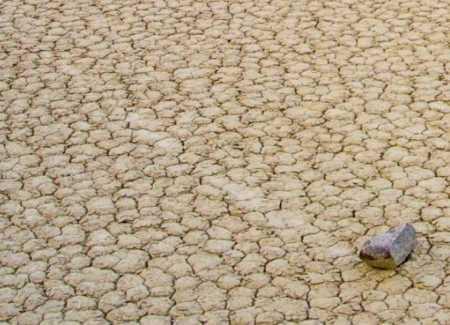 двигающиеся камни в пустыне